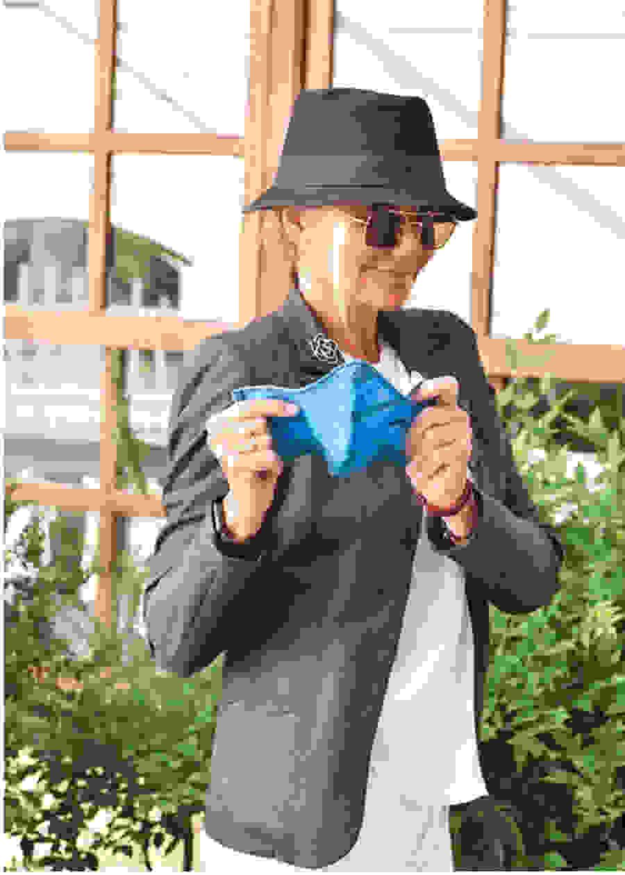 Μαρέβα Μητσοτάκη: Ποζάρει με τις προστατευτικές μάσκες της εταιρείας της