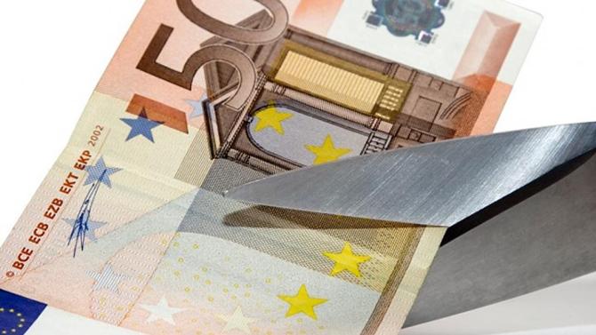 Νωρίτερα η μείωση του αφορολόγητου στα 5.700 ευρώ, νέες μειώσεις στις συντάξεις