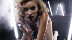 Elsa Hosk: Αποχαιρετά το 2017 με το πιο σέξι βίντεο της καριέρας της
