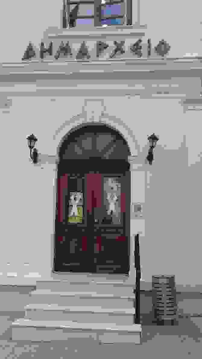 Στα ρόζ «στολίστηκε», ο εξωτερικός χώρος του Δημαρχείου Βέροιας