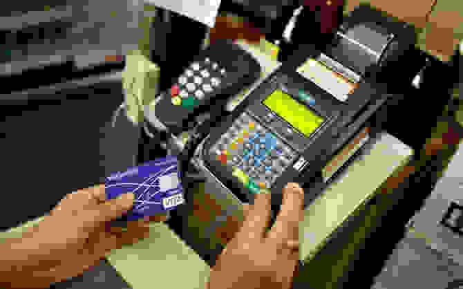 Τέλος τα μετρητά στις «μεγάλες» αγορές – Με κάρτες οι συναλλαγές άνω των 300 ευρώ